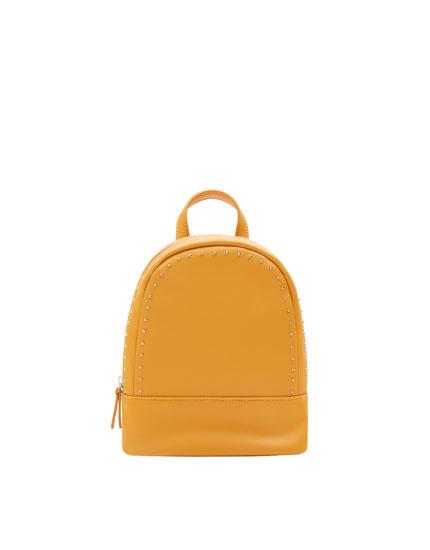 Mini mochila mostaza con detalle de tachas