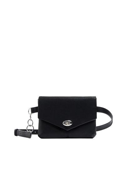 Bolsa de cintura preta com pormenor de corrente