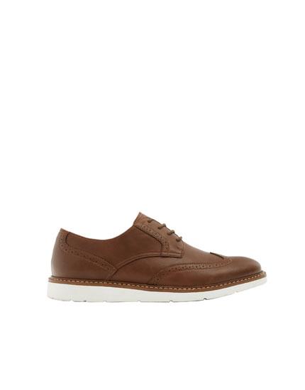 Zapato detalle picados marrón