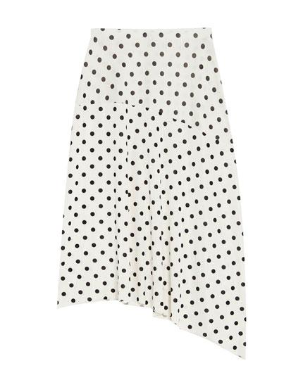 Nederdel med prikker og asymmetrisk snit