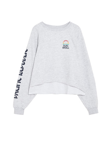 Cropped sweatshirt with slogan on sleeves