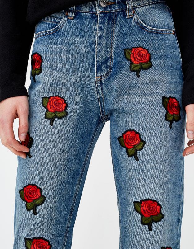 Jeans mom fit parches rosas