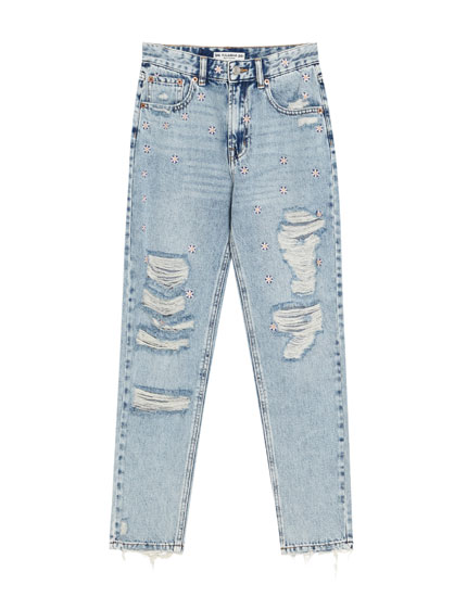 Jeans mom fit con rotos y margaritas