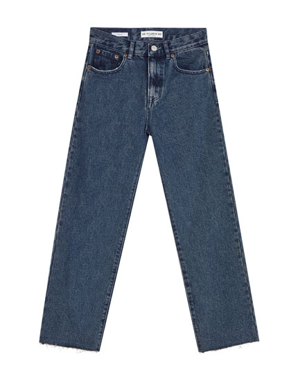 Gerade Jeans mit nicht vernähtem Saum