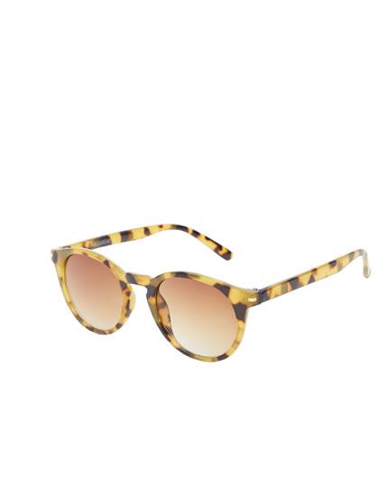 Sonnenbrille in Schildpattoptik im Leoparden-Look