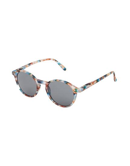 Óculos de sol redondos com padrão de tartaruga