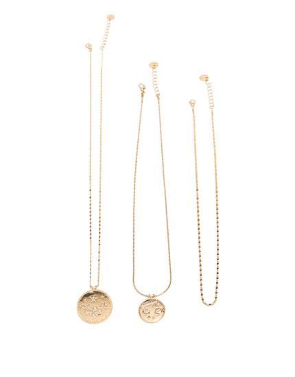 Halskette aus Metall mit Weltall-Anhängern
