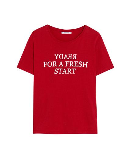 Short sleeve T-shirt with a backward slogan