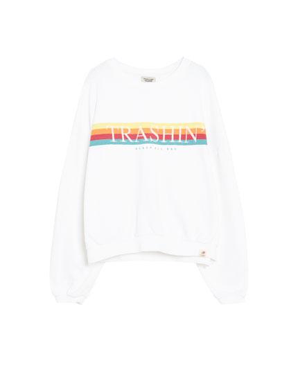 Sweatshirt med regnbue og tekst