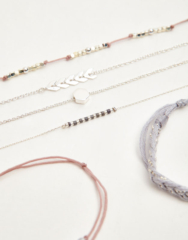 Pack of bracelets with arrows