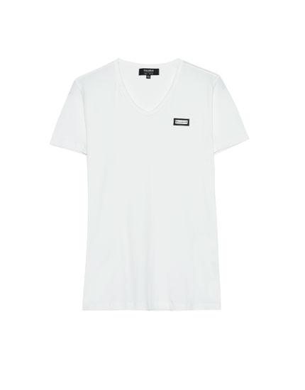 Basic V-neck T.shirt with badge detail