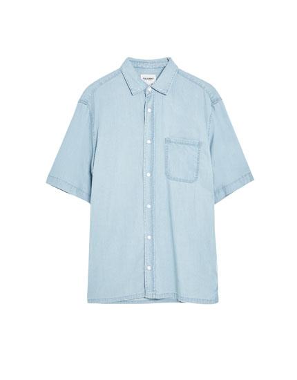 Džinsa krekls ar īsām piedurknēm un kabatu