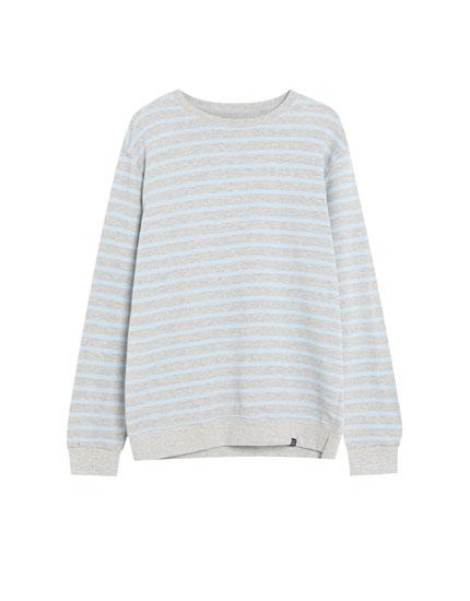 Svītrains sportisks džemperis ar apaļu kakla izgriezumu