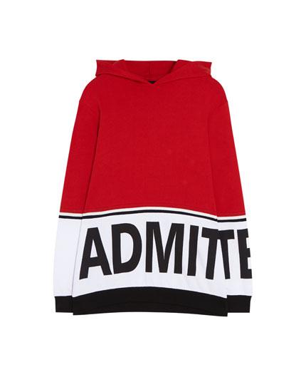 Sportisks džemperis ar kapuci un krāsu laukumiem