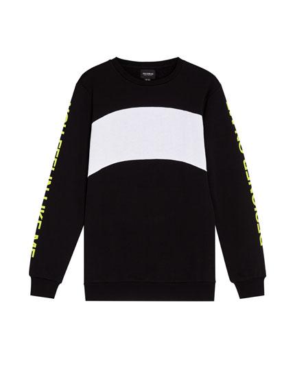 Sportisks džemperis ar uzrakstu un krāsu blokiem