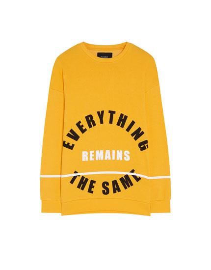 Sportisks džemperis ar apļveida uzrakstu