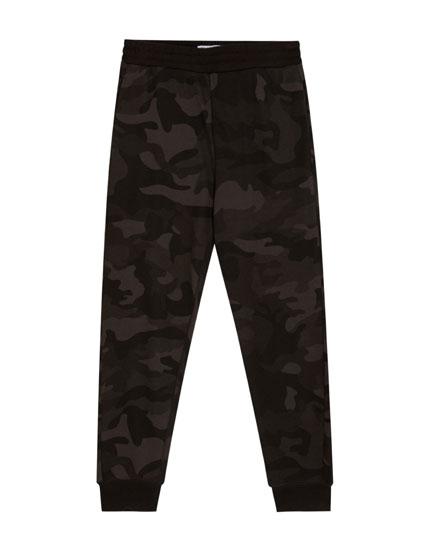 Jogginghose mit Camouflagemuster