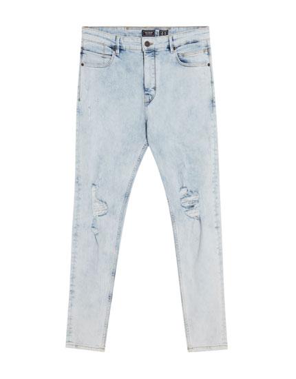 Karotten-Jeans im Total Bleach-Look