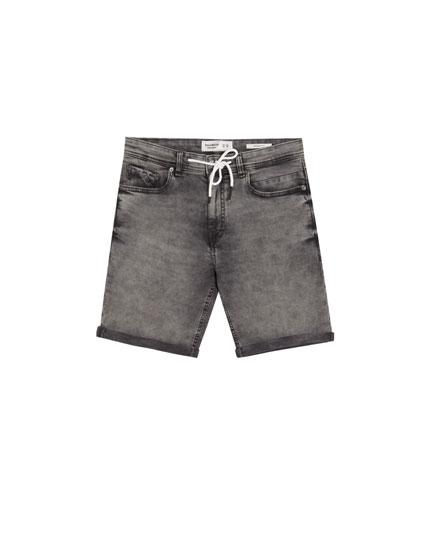 Graue Jeans-Bermudashorts im Skinny-Fit