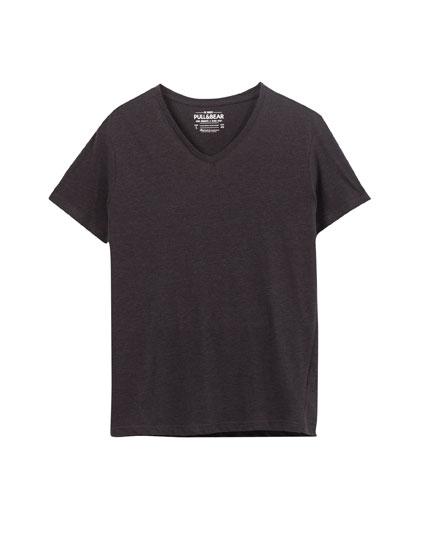 T-shirt básica com decote em bico