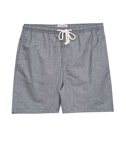 Short bermuda shorts with elastic waistband.