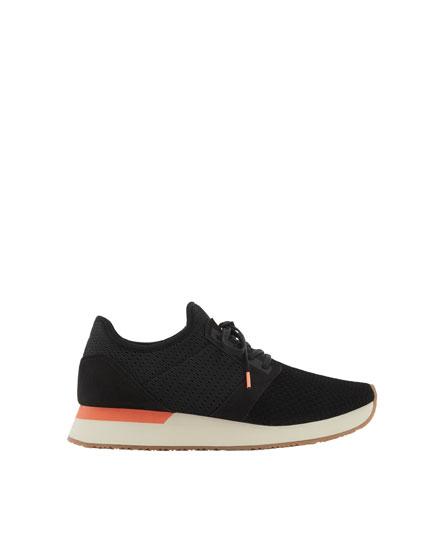 Black mesh jogging shoes