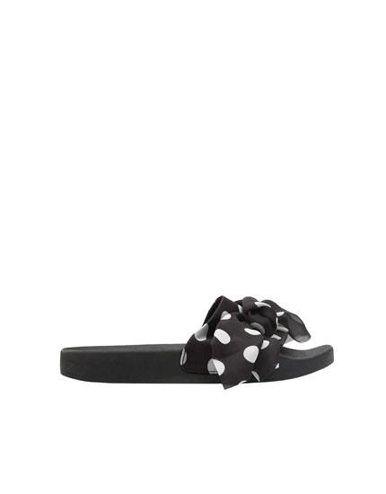 Sandaletten mit Tupfen