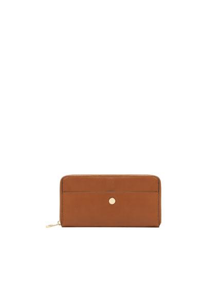 Braune Brieftasche mit Metalldetail