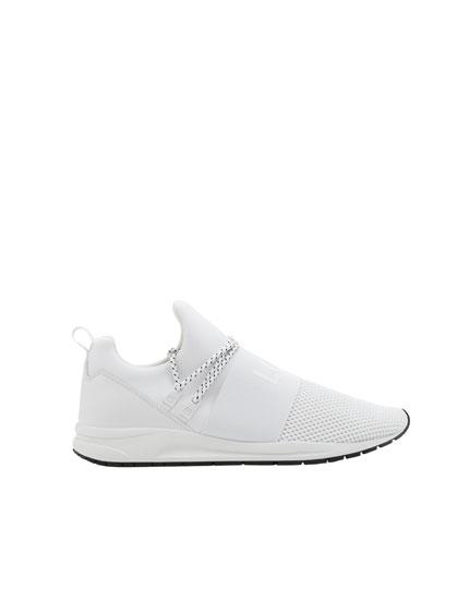 Elastischer Sneaker mit Schriftzug