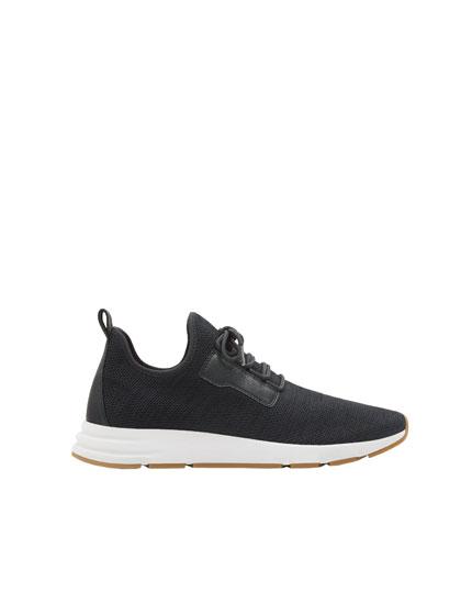 Marineblaue Sneaker mit Gittermuster und elastischem Schaft