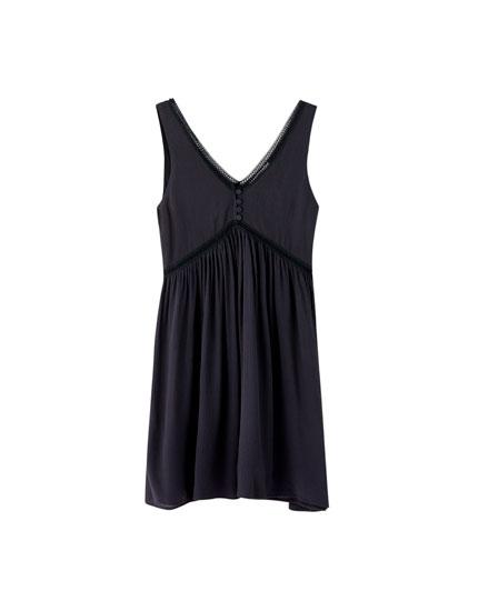 Czarna sukienka mini w rustykalnym stylu