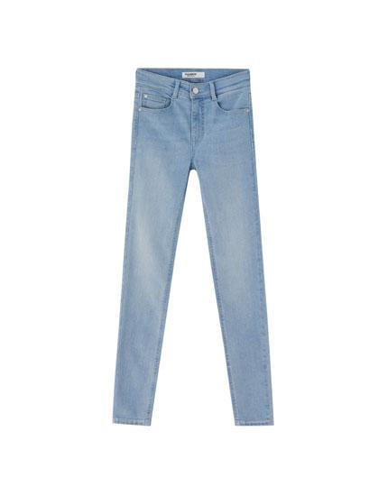 Jeans super skinny tiro medio