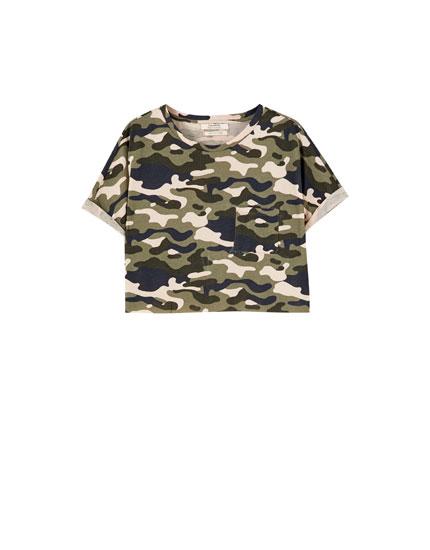 T-shirt cropped com manga enrolada