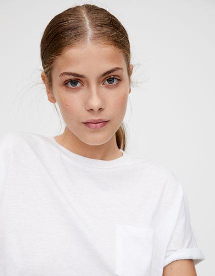 Camiseta básica cropped bolsillo