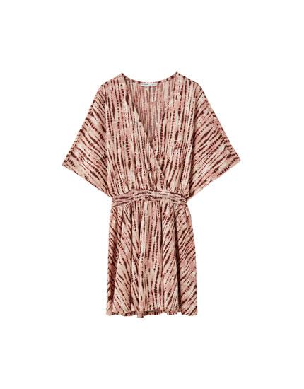 Vestido mini com tie-dye e elásticos