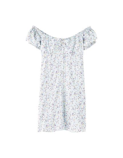 Sukienka mini w kwiaty z dekoltem odsłaniającym ramiona