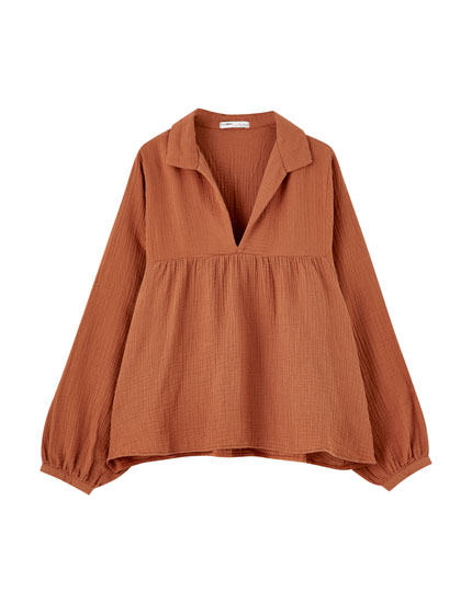 Loose-fitting textured blouse