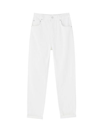 Białe jeansy mom z gumką w pasie
