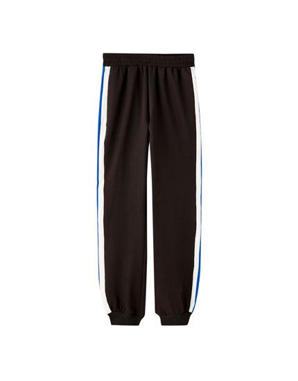 Pantalón jogger franja contraste