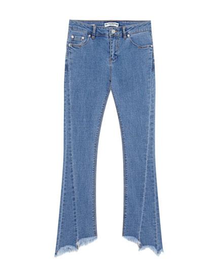 Ausgestellte Jeans mit ausgefranstem Saum