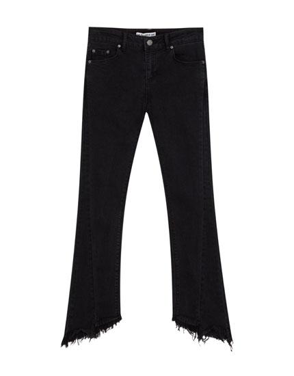 Jeansy z rozszerzanymi postrzępionymi nogawkami