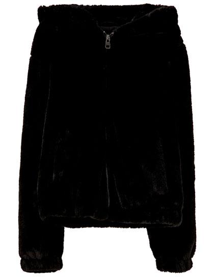 Farvet jakke i imiteret pels med hætte