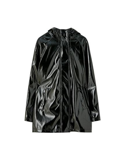 Μαύρο αδιάβροχο με γυαλιστερό φινίρισμα