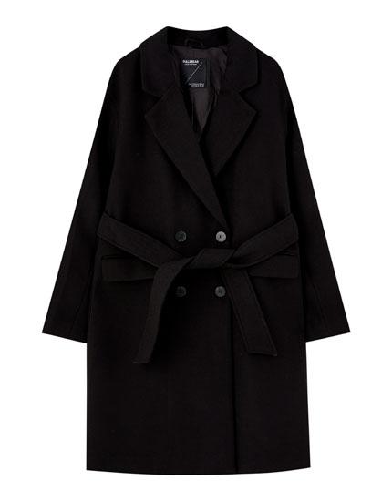 Sort frakke i filt med bælte