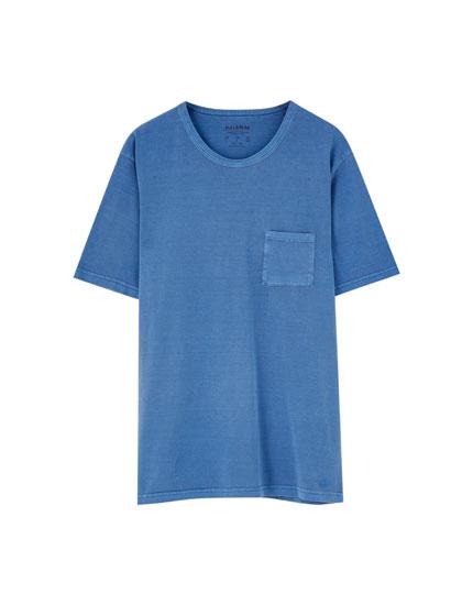 T-shirt com bolso com acabamento lavado