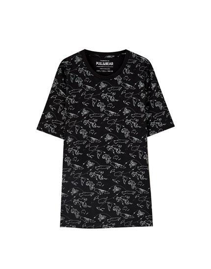 T-shirt preta com estampado de mapas