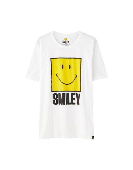 T-shirt branca com ilustração de smiley