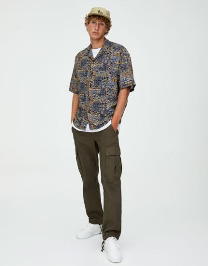 Sennepsgul skjorte i viskose med geometrisk mønster