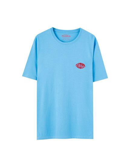 T-shirt com bordado no peito