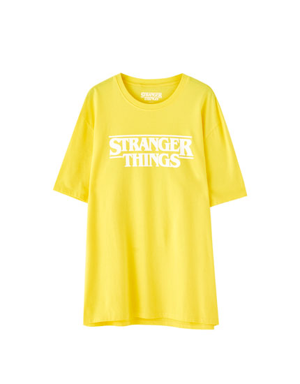 Camiseta Stranger Things 3 amarela logo